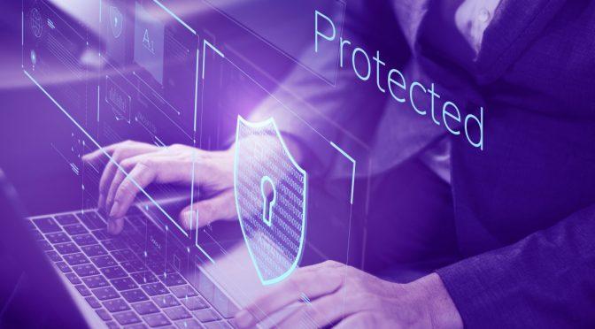Pessoa digitando em computador protegido